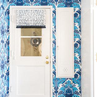Ispirazione per una piccola sala lavanderia eclettica con lavello stile country, ante lisce, ante bianche, top piastrellato, pareti blu, pavimento in vinile, lavatrice e asciugatrice a colonna, pavimento marrone e top giallo