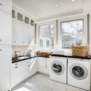 Idéer för lantliga l-formade tvättstugor, med en undermonterad diskho, vita skåp, beige väggar och skåp i shakerstil