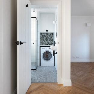 Inspiration för ett litet funkis vit linjärt vitt grovkök med garderob, med släta luckor, vita skåp, bänkskiva i kvarts, grönt stänkskydd, stänkskydd i keramik och vita väggar
