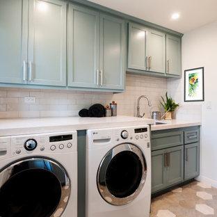 Idéer för att renovera en mellanstor vintage beige parallell beige tvättstuga enbart för tvätt, med en nedsänkt diskho, luckor med profilerade fronter, turkosa skåp, bänkskiva i kvarts, beige stänkskydd, stänkskydd i porslinskakel, beige väggar, klinkergolv i porslin, en tvättmaskin och torktumlare bredvid varandra och beiget golv