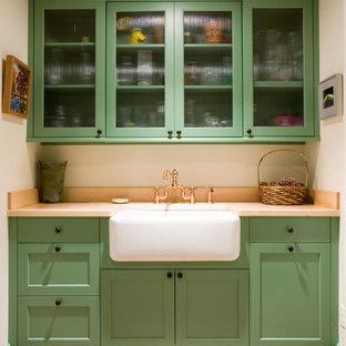 Idee per una sala lavanderia country di medie dimensioni con lavello stile country, ante in stile shaker, ante verdi, top in legno, pareti beige e pavimento in terracotta