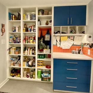 Идея дизайна: прачечная в современном стиле с хозяйственной раковиной, плоскими фасадами, синими фасадами, столешницей из ламината, оранжевым фартуком, фартуком из керамической плитки, белыми стенами, полом из керамогранита, со стиральной и сушильной машиной рядом, серым полом и белой столешницей