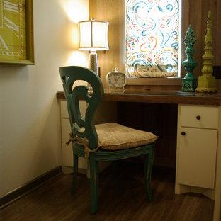 Eklektischer Hauswirtschaftsraum mit Einbauwaschbecken, Granit-Arbeitsplatte, beiger Wandfarbe, Vinylboden und Waschmaschine und Trockner nebeneinander in Austin