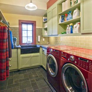 Idéer för en mellanstor lantlig l-formad tvättstuga enbart för tvätt, med skåp i shakerstil, gröna skåp, en rustik diskho, bänkskiva i betong, vita väggar, skiffergolv och en tvättmaskin och torktumlare bredvid varandra