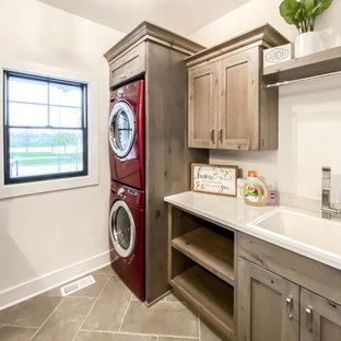 Foto på en mellanstor lantlig vita tvättstuga enbart för tvätt, med en rustik diskho, skåp i shakerstil, skåp i slitet trä, bänkskiva i kvarts och en tvättpelare