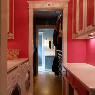 Idéer för en mellanstor shabby chic-inspirerad parallell tvättstuga enbart för tvätt, med skåp i shakerstil, vita skåp, träbänkskiva, rosa väggar, ljust trägolv och en tvättmaskin och torktumlare bredvid varandra