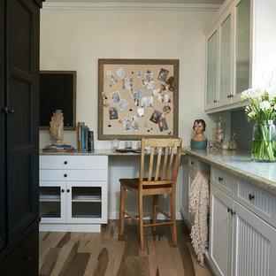 Ispirazione per una lavanderia multiuso eclettica di medie dimensioni con ante in stile shaker, ante bianche, top in quarzite, pareti bianche, pavimento in legno massello medio e lavatrice e asciugatrice affiancate