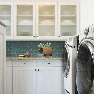 Idee per una lavanderia multiuso boho chic di medie dimensioni con ante in stile shaker, ante bianche, top in quarzite, pareti bianche, pavimento in legno massello medio e lavatrice e asciugatrice affiancate