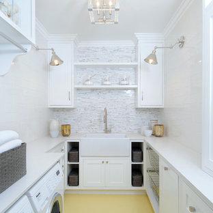 Idéer för en mellanstor klassisk u-formad tvättstuga enbart för tvätt, med en rustik diskho, skåp i shakerstil, vita skåp, bänkskiva i koppar, vita väggar, målat trägolv och en tvättmaskin och torktumlare bredvid varandra