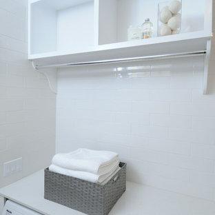 Exempel på en mellanstor klassisk u-formad tvättstuga enbart för tvätt, med skåp i shakerstil, vita skåp, bänkskiva i koppar, vita väggar, målat trägolv och en tvättmaskin och torktumlare bredvid varandra