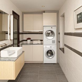 Inspiration för ett funkis grå l-format grått grovkök, med släta luckor, beige skåp, en tvättpelare och grått golv