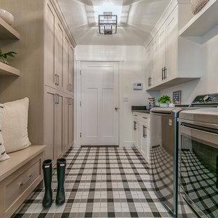 Inspiration för mellanstora 50 tals parallella svart tvättstugor enbart för tvätt, med luckor med upphöjd panel, skåp i ljust trä, bänkskiva i kvarts, vita väggar, klinkergolv i keramik, en tvättmaskin och torktumlare bredvid varandra och vitt golv