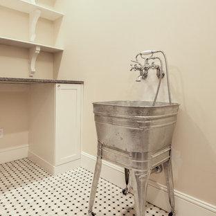 Aménagement d'une buanderie classique en L dédiée et de taille moyenne avec un évier utilitaire, un placard à porte shaker, des portes de placard blanches, un plan de travail en quartz, un mur beige et un sol en marbre.