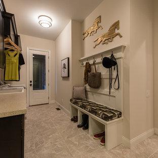 Idéer för mellanstora vintage parallella grovkök, med en nedsänkt diskho, släta luckor, skåp i mörkt trä, laminatbänkskiva, vita väggar, klinkergolv i keramik och en tvättmaskin och torktumlare bredvid varandra