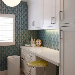Foto på en vintage vita tvättstuga, med vita skåp och blå väggar