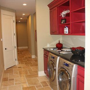 Idéer för att renovera en mellanstor eklektisk linjär tvättstuga enbart för tvätt, med luckor med infälld panel, röda skåp, bänkskiva i kvarts, beige väggar, klinkergolv i keramik, en tvättmaskin och torktumlare bredvid varandra och en undermonterad diskho