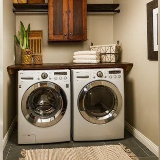 Ispirazione per una sala lavanderia country di medie dimensioni con ante in stile shaker, pareti grigie, pavimento in ardesia, lavatrice e asciugatrice affiancate e pavimento blu