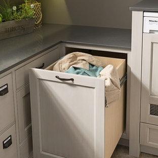 Ispirazione per una lavanderia multiuso bohémian con lavello stile country, ante con riquadro incassato e lavatrice e asciugatrice affiancate