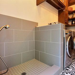 Immagine di un'ampia lavanderia multiuso american style con ante con riquadro incassato, ante in legno scuro, top in quarzo composito, pareti beige, pavimento con piastrelle in ceramica, lavatrice e asciugatrice affiancate e pavimento multicolore