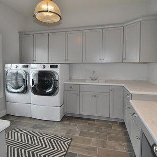 Ispirazione per un'ampia sala lavanderia boho chic con lavello sottopiano, ante con riquadro incassato, ante grigie, top in marmo, pareti grigie, pavimento con piastrelle in ceramica e lavatrice e asciugatrice affiancate