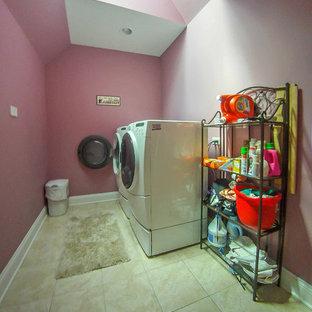 Foto di una sala lavanderia vittoriana con pareti rosa, pavimento con piastrelle in ceramica, lavatrice e asciugatrice affiancate e pavimento beige