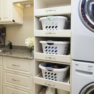 Inspiration för en mellanstor vintage tvättstuga enbart för tvätt, med luckor med upphöjd panel, vita skåp, granitbänkskiva, beige väggar, klinkergolv i porslin, en tvättpelare, beiget golv och en undermonterad diskho