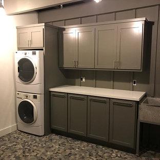 Esempio di una grande lavanderia multiuso contemporanea con lavatoio, ante in stile shaker, ante grigie, top in quarzo composito, pareti grigie, lavatrice e asciugatrice a colonna e pavimento grigio