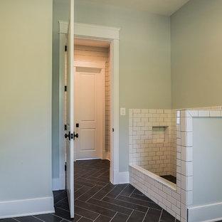 Idee per una grande lavanderia multiuso con lavello sottopiano, ante con riquadro incassato, ante grigie, top in superficie solida, pavimento in gres porcellanato, pavimento nero e top bianco