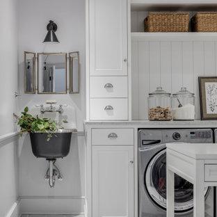 Esempio di una lavanderia stile marinaro con lavatoio, ante con riquadro incassato, ante bianche, paraspruzzi in perlinato, pareti bianche, lavatrice e asciugatrice affiancate, pavimento grigio, top grigio e boiserie