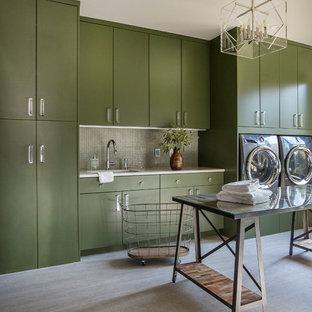 Idee per una grande sala lavanderia minimal con lavello sottopiano, ante lisce, ante verdi, top in quarzo composito, pavimento in gres porcellanato, lavatrice e asciugatrice affiancate, pavimento grigio e top bianco