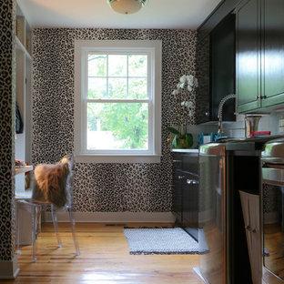 Esempio di una sala lavanderia eclettica di medie dimensioni con lavello sottopiano, ante in stile shaker, ante in legno bruno, parquet chiaro, lavatrice e asciugatrice affiancate e pavimento marrone