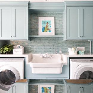 Foto på en maritim vita parallell tvättstuga enbart för tvätt, med en allbänk, skåp i shakerstil, turkosa skåp och en tvättmaskin och torktumlare bredvid varandra