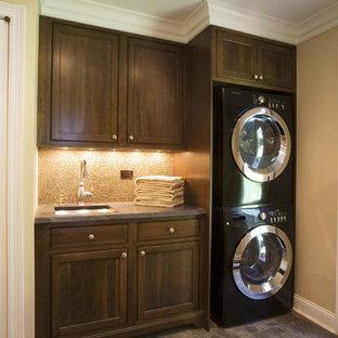 Klassisk inredning av en grå grått tvättstuga, med en tvättpelare