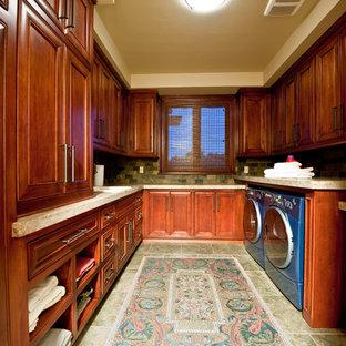 Idee per una lavanderia multiuso con lavello da incasso, ante a filo, ante rosse, top in granito, pareti multicolore, pavimento in travertino, lavatrice e asciugatrice affiancate, pavimento verde e top multicolore