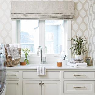 Esempio di una sala lavanderia chic di medie dimensioni con lavello sottopiano, top in quarzo composito, pavimento in gres porcellanato, top bianco, ante in stile shaker, ante beige, pareti multicolore e pavimento beige
