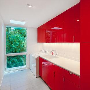 Esempio di una grande sala lavanderia contemporanea con lavello sottopiano, ante lisce, ante rosse, top in quarzite, pareti bianche, pavimento in ardesia, lavatrice e asciugatrice affiancate e pavimento grigio