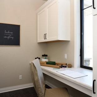 Bild på ett lantligt turkos parallellt turkost grovkök, med luckor med infälld panel, vita skåp, laminatbänkskiva, grå väggar, mellanmörkt trägolv och brunt golv
