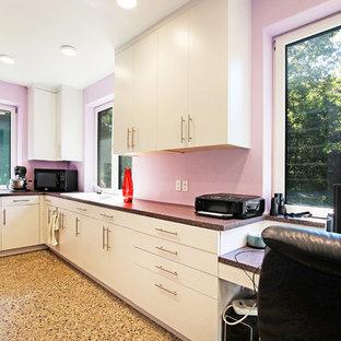 Idee per un'ampia lavanderia multiuso minimalista con lavello da incasso, ante lisce, ante grigie, top in laminato, pareti rosa, pavimento in cemento, lavatrice e asciugatrice affiancate, pavimento multicolore e top multicolore