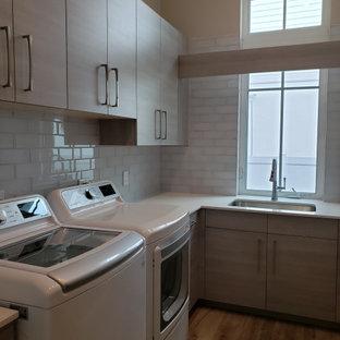 Idee per una sala lavanderia costiera di medie dimensioni con ante beige, paraspruzzi bianco, paraspruzzi con piastrelle in ceramica, pavimento con piastrelle in ceramica, pavimento beige e top giallo