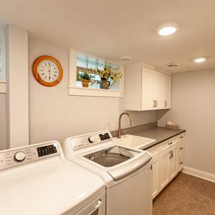 Exempel på en klassisk grå linjär grått tvättstuga enbart för tvätt, med en enkel diskho, luckor med infälld panel, vita skåp, bänkskiva i koppar, grå väggar, linoleumgolv, en tvättmaskin och torktumlare bredvid varandra och beiget golv