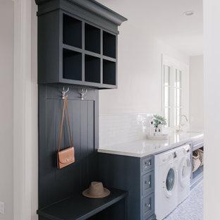Inspiration för en mellanstor vintage vita u-formad vitt tvättstuga, med en undermonterad diskho, skåp i shakerstil, blå skåp, bänkskiva i kvartsit, vitt stänkskydd, stänkskydd i tunnelbanekakel, vita väggar, klinkergolv i keramik och en tvättmaskin och torktumlare bredvid varandra