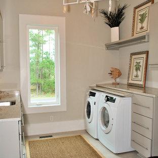 Foto di una lavanderia tropicale con pavimento grigio, top beige e ante grigie