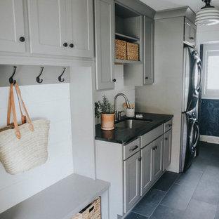 Пример оригинального дизайна: отдельная, линейная прачечная среднего размера в стиле современная классика с фасадами в стиле шейкер, серыми фасадами, столешницей из талькохлорита, белыми стенами, полом из сланца и черным полом