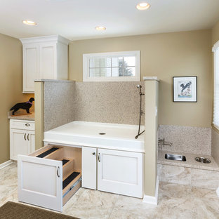 Idéer för stora vintage grovkök, med luckor med infälld panel, vita skåp, bänkskiva i kvarts, beige väggar och klinkergolv i keramik