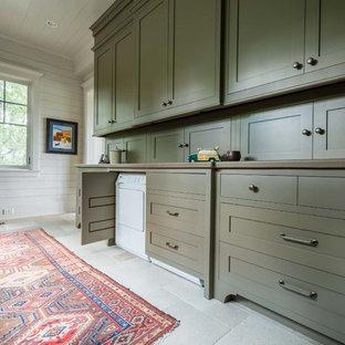 На фото: класса люкс огромные параллельные универсальные комнаты в стиле современная классика с плоскими фасадами, зелеными фасадами, белыми стенами, полом из сланца и со скрытой стиральной машиной
