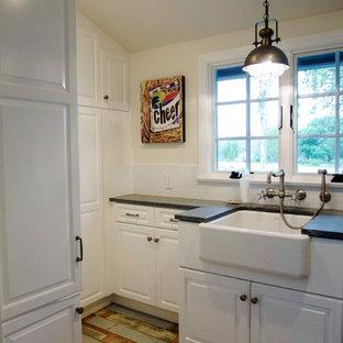 Esempio di una sala lavanderia stile shabby con lavello stile country, ante con bugna sagomata, ante bianche, top in saponaria, pareti beige, pavimento in legno verniciato e lavatrice e asciugatrice affiancate