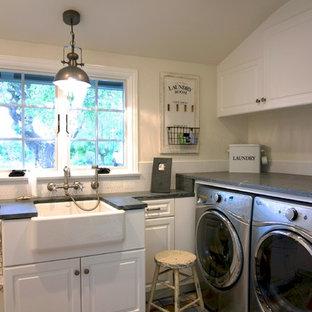 Ispirazione per una sala lavanderia shabby-chic style con lavello stile country, ante con bugna sagomata, ante bianche, top in saponaria, pareti beige, pavimento in legno verniciato e lavatrice e asciugatrice affiancate