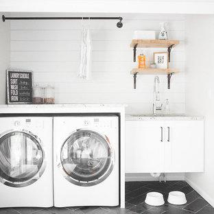 Idee per una piccola lavanderia multiuso stile shabby con lavello sottopiano, ante bianche, pareti grigie, pavimento in ardesia, lavatrice e asciugatrice affiancate, pavimento grigio, ante in stile shaker e top in quarzite