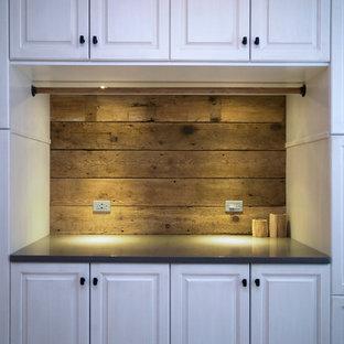Idéer för en rustik tvättstuga, med skåp i shakerstil, vita skåp, bänkskiva i kvartsit, grå väggar och tvättmaskin och torktumlare byggt in i ett skåp