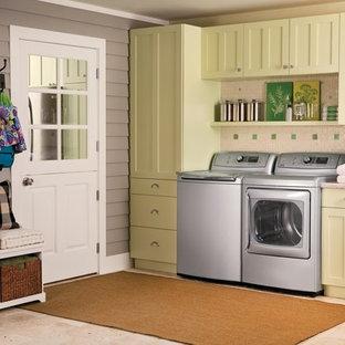 Ispirazione per una grande lavanderia multiuso classica con ante in stile shaker, ante verdi, top in marmo, pareti bianche, pavimento con piastrelle in ceramica, lavatrice e asciugatrice affiancate e pavimento beige